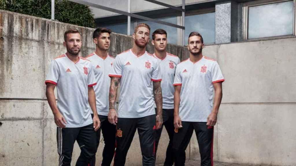 Los jugadores de la selección española de fútbol posan con la segunda camiseta de España.
