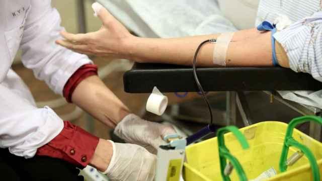 Los políticos toledanos donan sangre en el maratón de Caja Rural CLM 31
