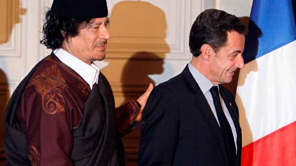 Sarkozy, junto a Muamar Gadafi.