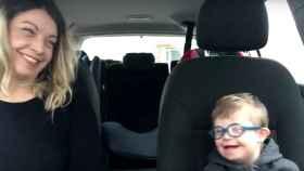 50 niños con síndrome de Down y sus madres en el karaoke que te romperá el corazón