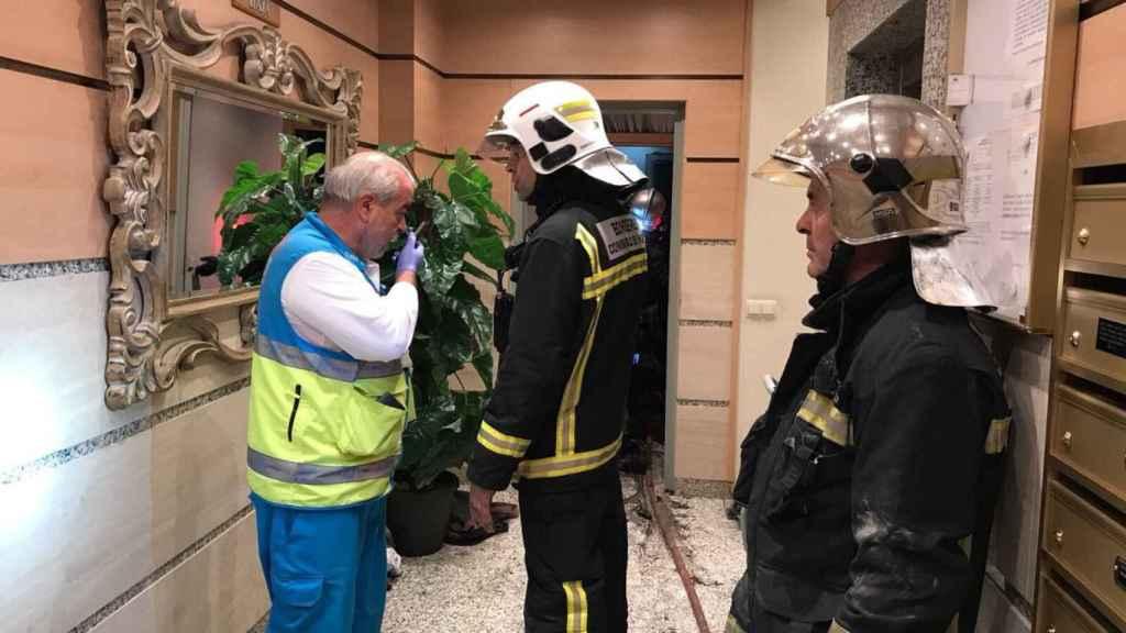 Efectivos de emergencias en el portal del edificio en Getafe.
