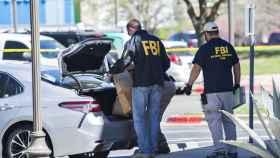 Agentes del FBI cargan artículos en una tienda FedExen en la investigación por una bomba de Austin.