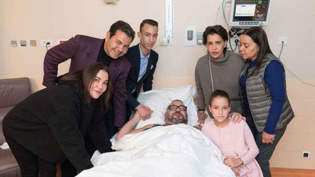 Mohamed Vi tras la operación rodeado de sus familiares.