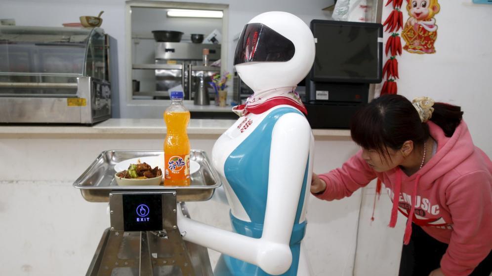 robot trabajando en restaurante de camarero