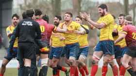 Los jugadores españoles de rugby piden explicaciones al árbitro.