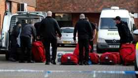 Investigadores de la Organización para la Prohibición de las Armas Químicas llegan a la escena del crimen.