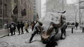 Refrescando los ánimos. La escultura del toro de Wall Street en Nueva York cubierta de nieve por la tormenta polar con la que ha comenzado la primavera. REUTERS/Lucas Jackson.