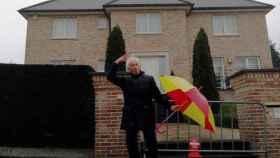 Albert Boadella, ante la casa de Puigdemont en Waterloo (Bélgica). EFE.