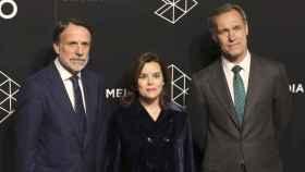 El presidente de Planeta José Creuheras, la vicepresidenta del Gobierno Soraya Sáenz de Santamaría y y el consejero delegado de Atresmedia, Silvio González.