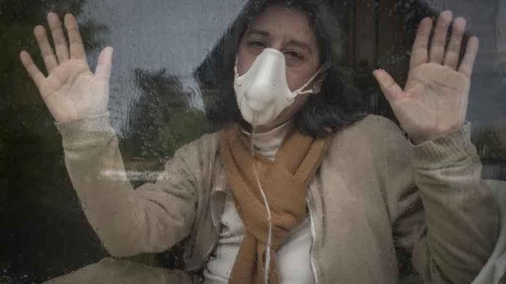 La gaditana Juana Muñoz, de 53 años, vive aislada desde hace 13 en un habitáculo sellado de 25 metros cuadrados. Si saliera al exterior podría morir. Padece, entre otras enfermedades, sensibilidad química múltiple.