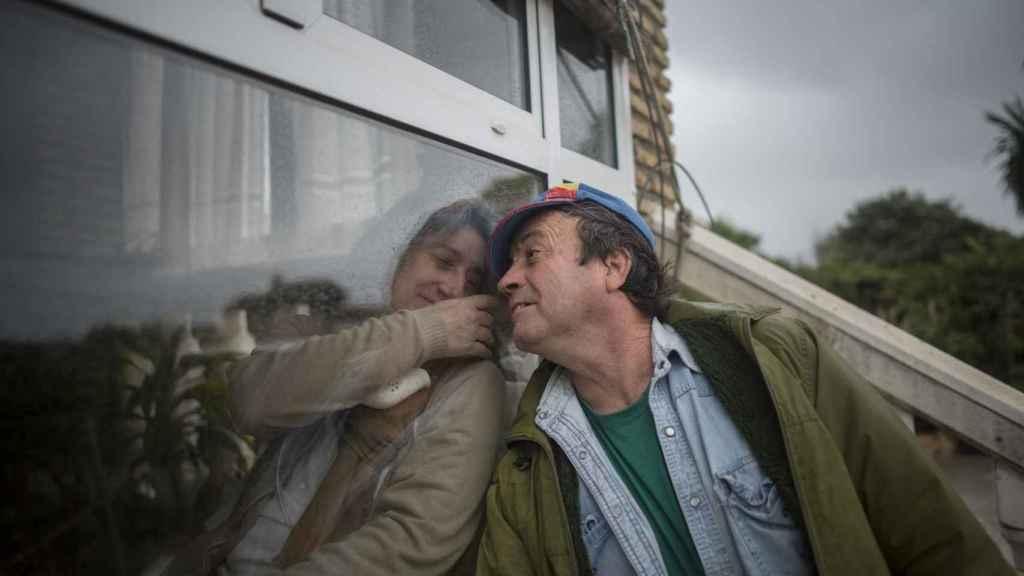 Lo peor de vivir aquí no son los dolores, dice Juana Muñoz. Es el daño moral y psicológico de no poder salir, hacer vida normal y estar con los tuyos. En la imagen aparece junto a Manuel, su marido.