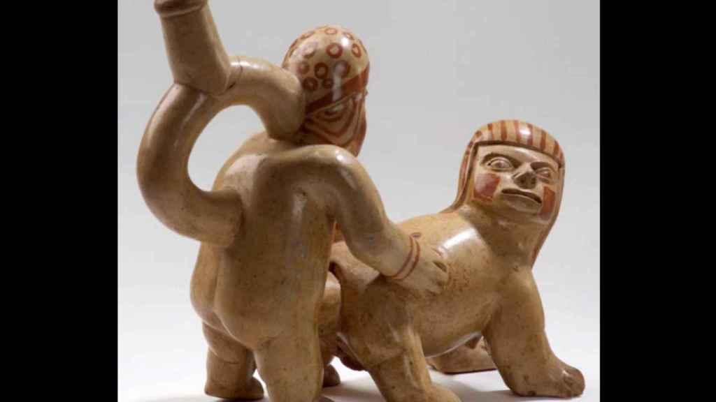 Un huaco inca que muestra a un hombre copulando con una mujer-animal.