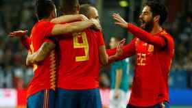 España celebra el gol de Rodrigo.