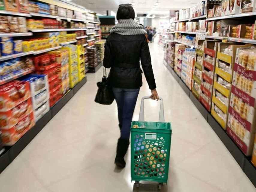 Una mujer hace la compra en un supermercado.