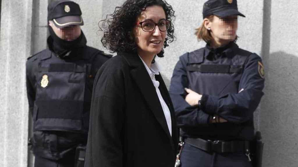 Marta Rovira frente a dos policías nacionales, antes de su huída de la justicia.