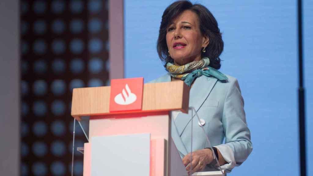 Ana Botín, presidenta del Banco Santander, durante su discurso en la Junta General de Accionistas celebrada en Santander.