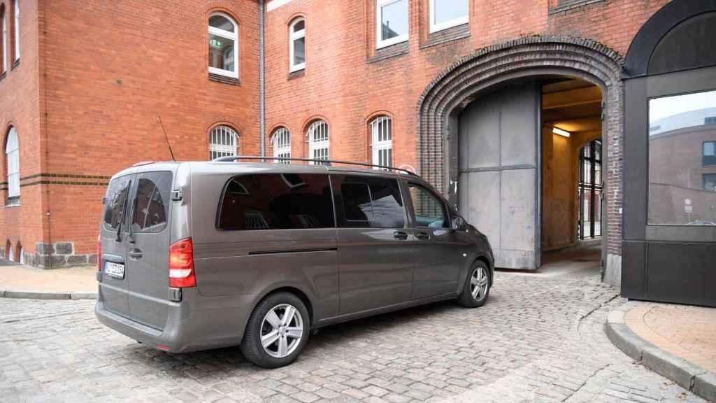La furgoneta en la que iría Puigdemont llega a la prisión de Neumuenster