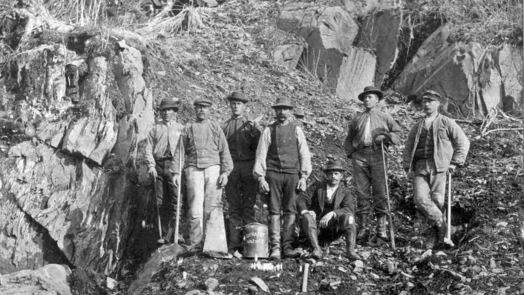 Trabajadores de la construcción en Noruega empleando dinamita en torno al 1900. Åsen Museum/Commons.