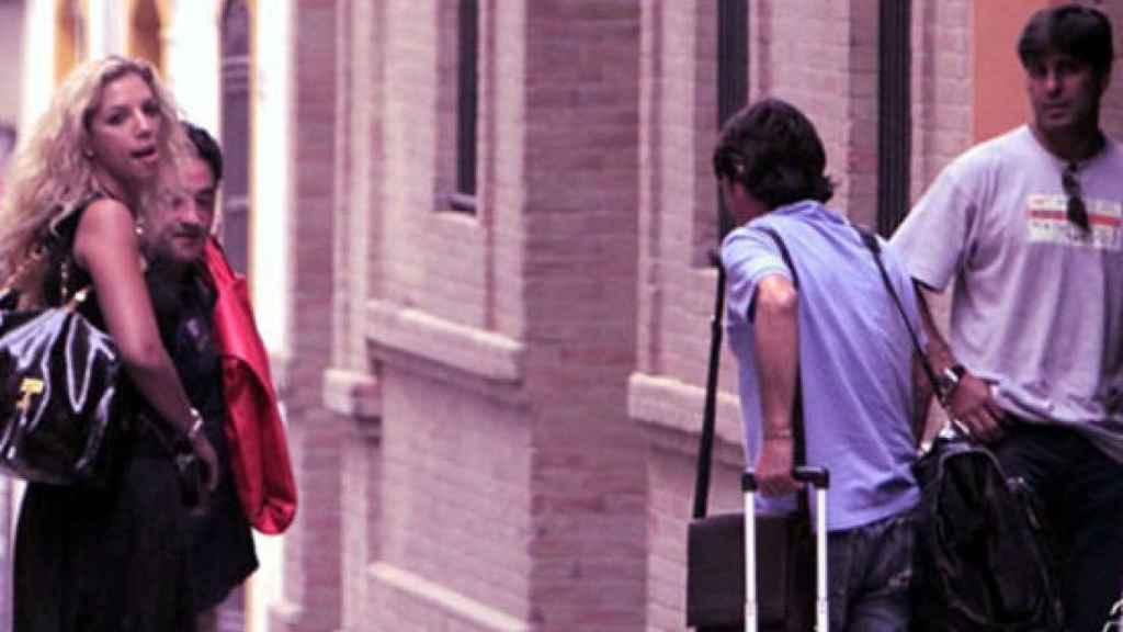 Rebeca, a la izquierda de la imagen, y Fran, a la derecha, pillados en la calle.