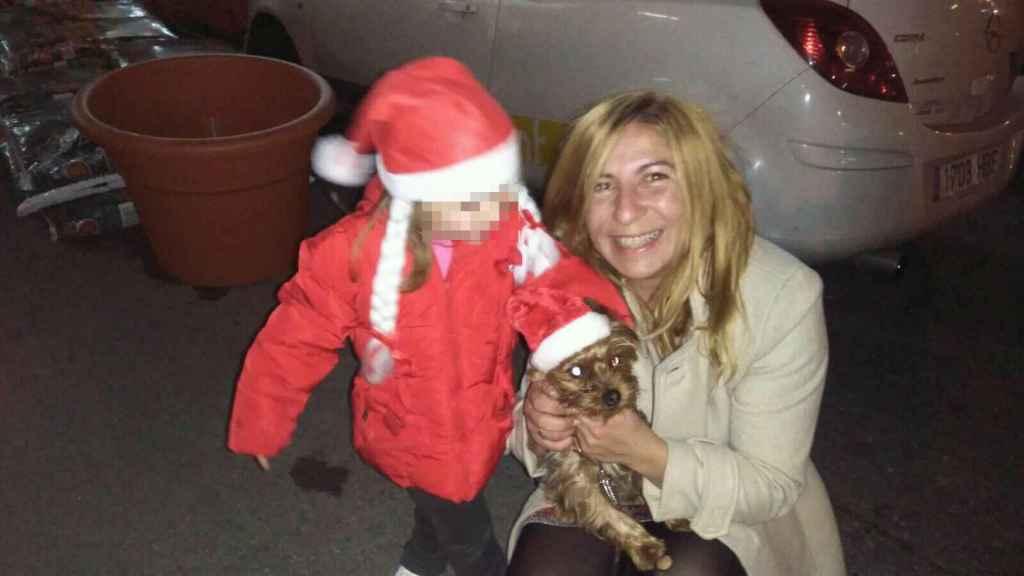 Paz Fernández, con su perro y su hija.