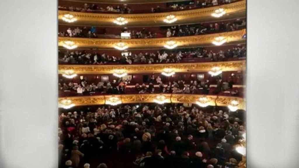 Los asistentes de la ópera en pie aclamando a Puigdemont.