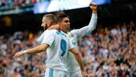 Casemiro abraza a Benzema tras su gol al Málaga Foto: Manu Laya / El Bernabéu