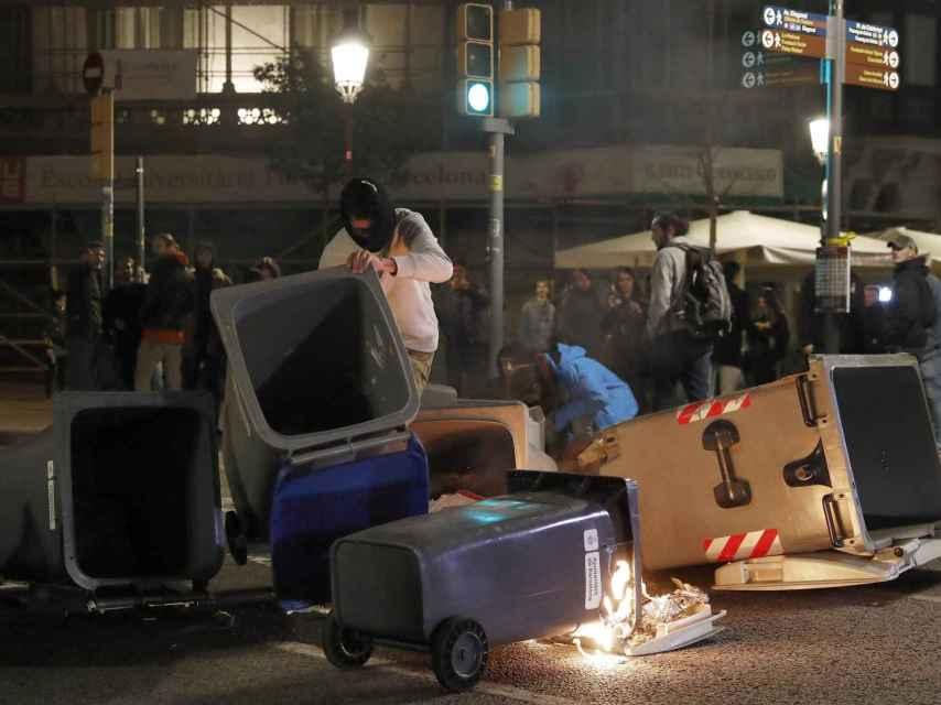 Disturbios y quema de contenedores de basura en el Paseo de Gracia de Barcelona, el pasado día 25.