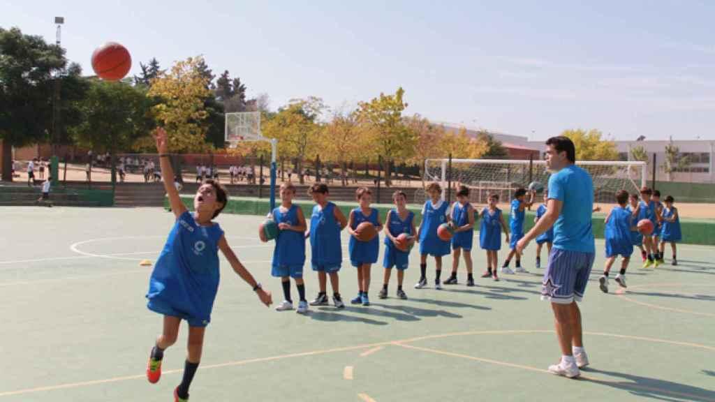 Algunos alumnos del colegio haciendo deporte.