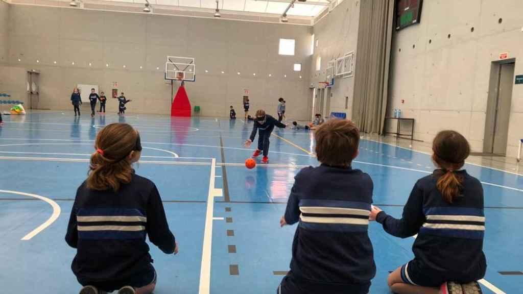 """Alumnos de Primaria jugando a """"Deportes alternativos"""" en Educación Física."""