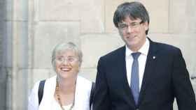 La exconsejera de Educación catalana, Clara Ponsatí, junto al expresidente Carles Puigdemont.