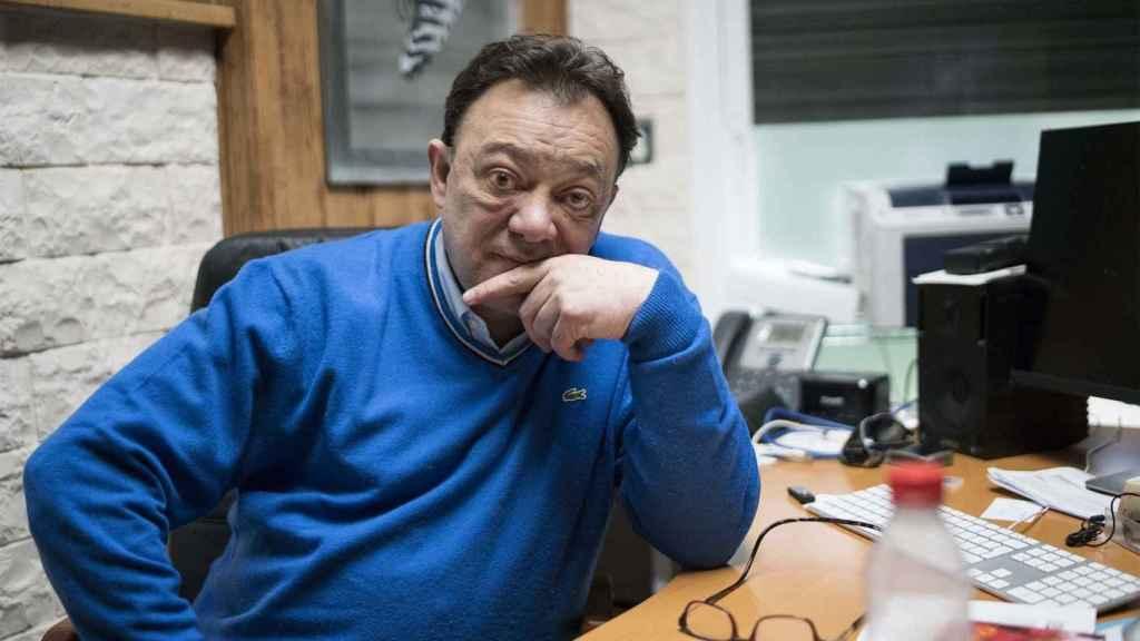 José Antonio Abellán posa en su despacho durante un momento de su entrevista con EL ESPAÑOL.