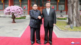 Kim Jong-un y xi Jinping se dan la mano en Pekín