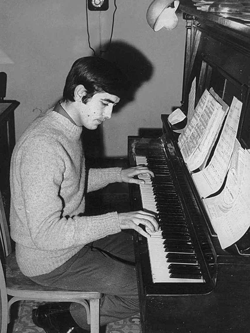 Serrat, al piano, cuando su carrera empezaba.