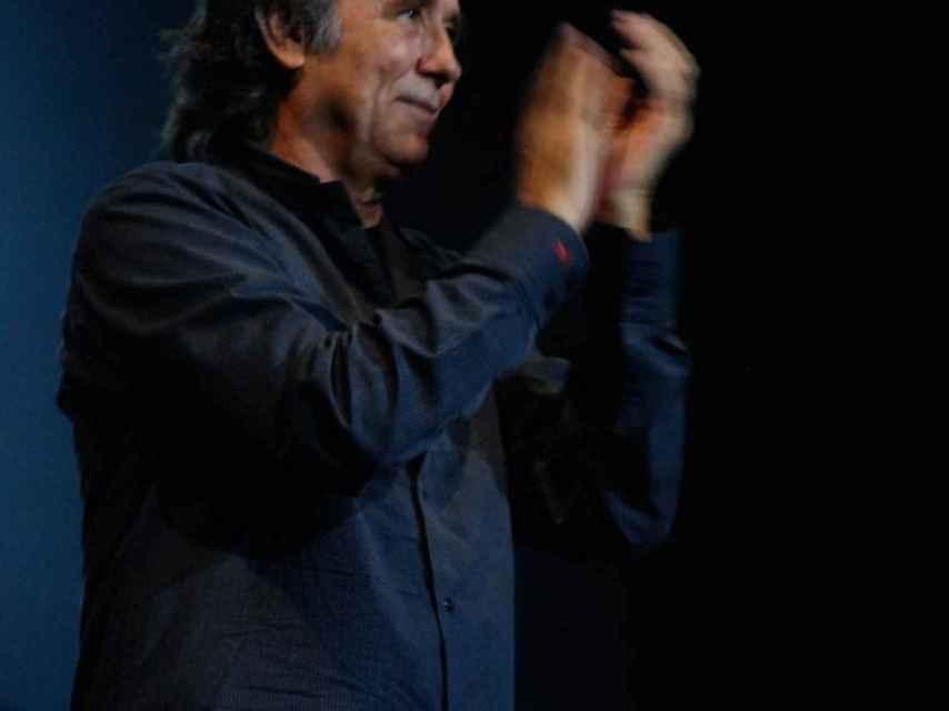 Joan Manuel Serrat agradece los aplausos del público.