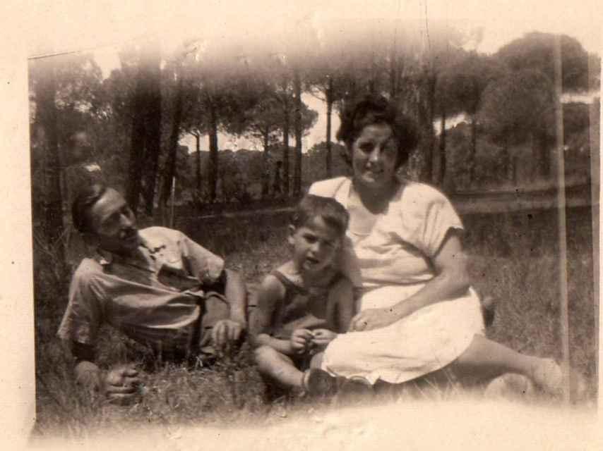 Serrat, con sus padres.