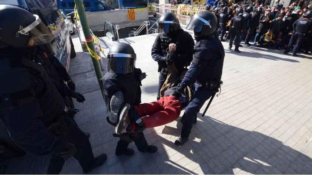 Los Mossos d'Esquadra sacan a un miembro de un CDR de una concentración