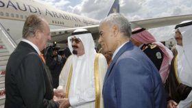 El rey Juan Carlos I saludando al rey Abdalá durante una visita oficial a España en 2007.