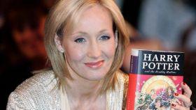 J. K. Rowling sosteniendo uno de sus libros de Harry Potter.