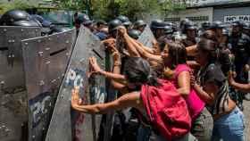 Los familiares se enfrentan a la policía a las puertas de la comisaría de Carabobo.