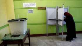 Una mujer votando en un centro electoral de El Cairo