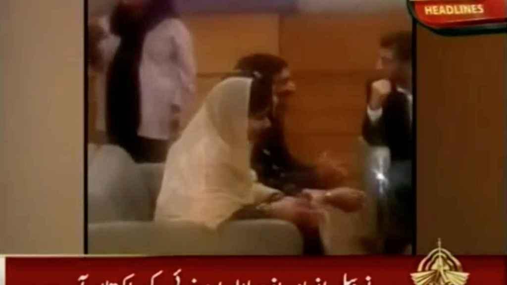 Malala y su familia en el aeropuerto de Pakistán.