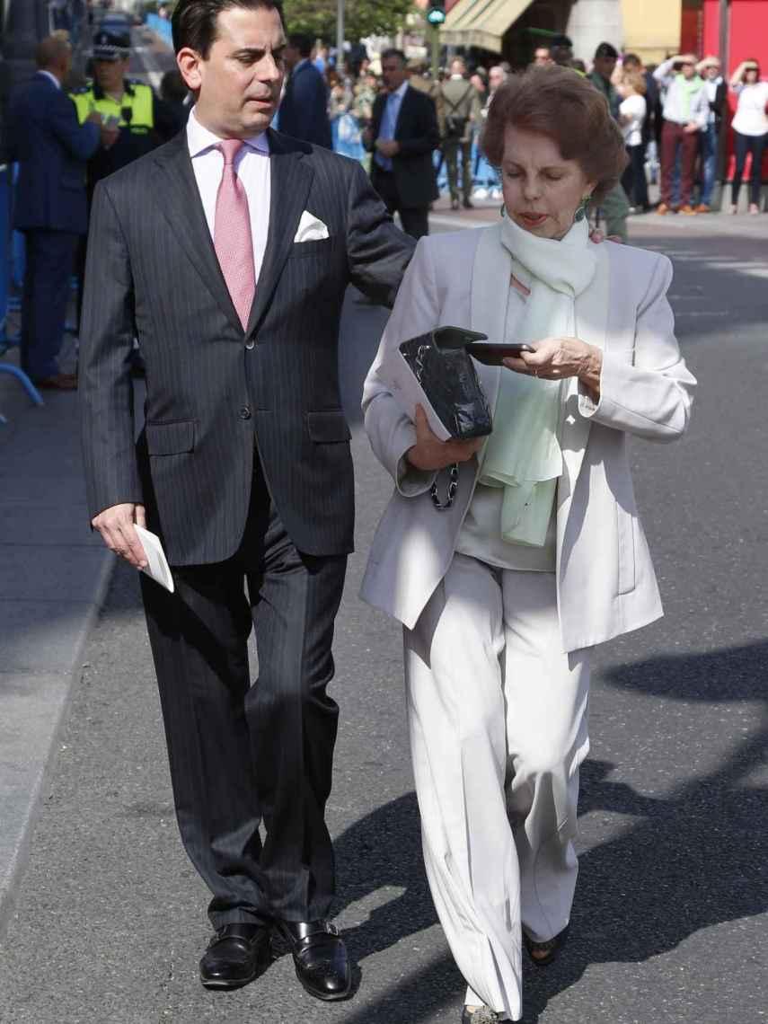 Gonzalo Vargas Llosa y su madre, Patricia Llosa.