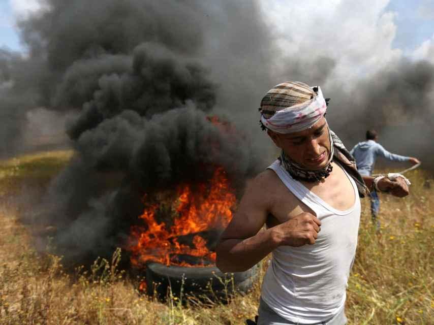 Los palestinos huyen durante los enfrentamientos con las tropas israelíes.