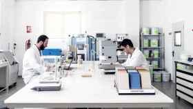 Dos técnicos de uno de los laboratoris de Cosentino en Almería.