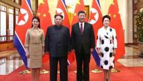 Kim Jong Un, Ri Sol Ju, Xi Jinping y Peng Liyuan en el Gran Palacio del Pueblo en Pekín.