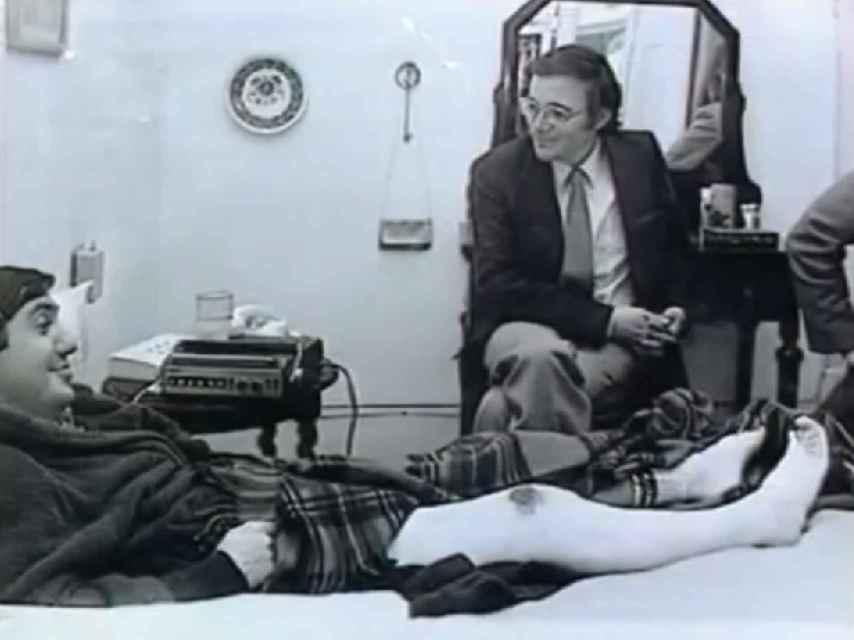 Federico Jiménez Losantos en la cama del hospital, después de ser disparado en una pierna