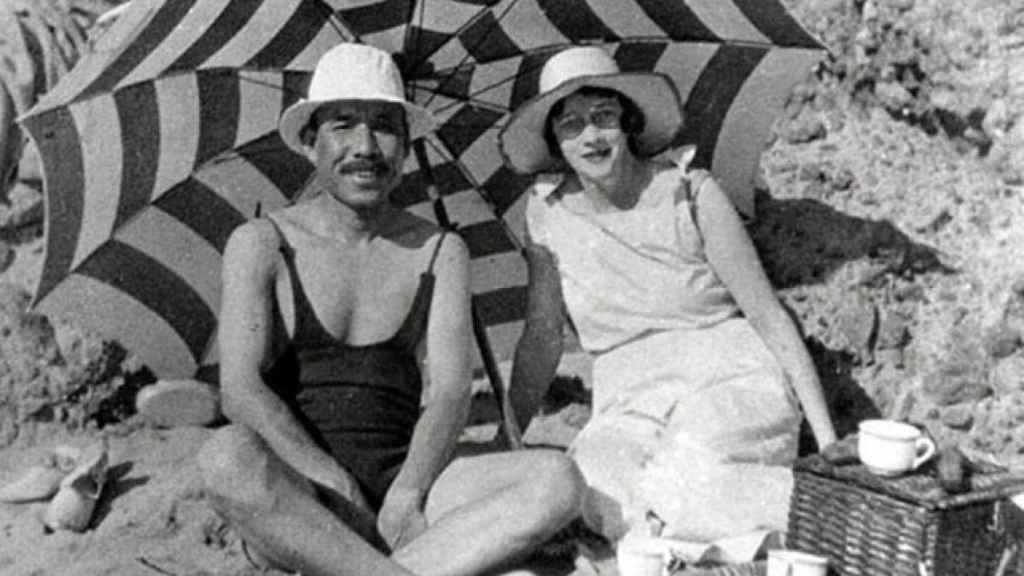 Masataka Taketsuru y Rita Cowan, en la playa