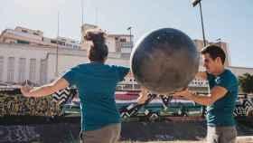 Dos jóvenes practican baloncodo playa, una nueva modalidad dentro del baloncodo.