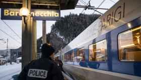 Un agente de Policía, en un andén de la estación de Bardonecchia (Italia).