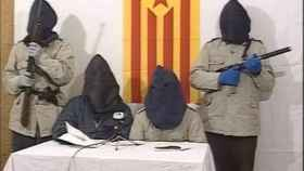 Varios miembros de Terra Lliure, encapuchados, leyendo un mensaje para la televisión vasca